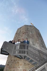 Darrera l'escala inaugurada es pot veure la Torre